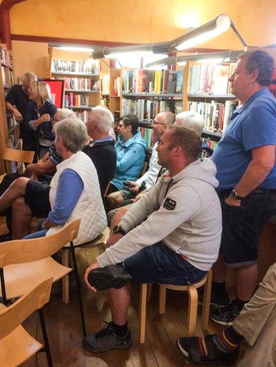 En del av publiken fick inte plats inne i Galleri Odinslund.