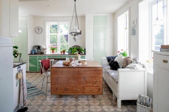 <span>Köket har paret bevarat. Köksbordet fanns på övervåningen, vilket de enbart har såptorkat av.</span>