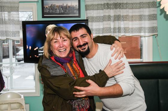 Ing-Marie Andersson, en av gästerna gillade pizzan så bra att ägaren Ramazon Kazan fick en kram.