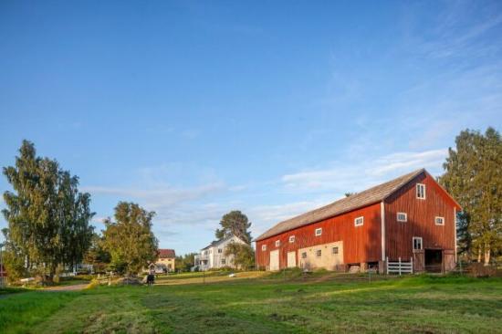 <span>Gården är på 3 000 kvadratmeter och 5 hektar åkermark samt skog. Den är ett gammalt hemman, som förr betydde en tillräckligt stor gård för att försörja familjen och generera skatt.</span>