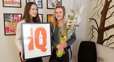 Louise Petersson och Ellen Tolke frånBollebygds ungdomsråd är med i projektgruppen som fick ta emot utmärkelsen från IQ.