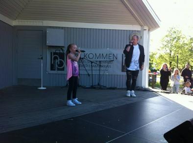 Modiga Lia sjöng tillsammans med sin pappa på scen