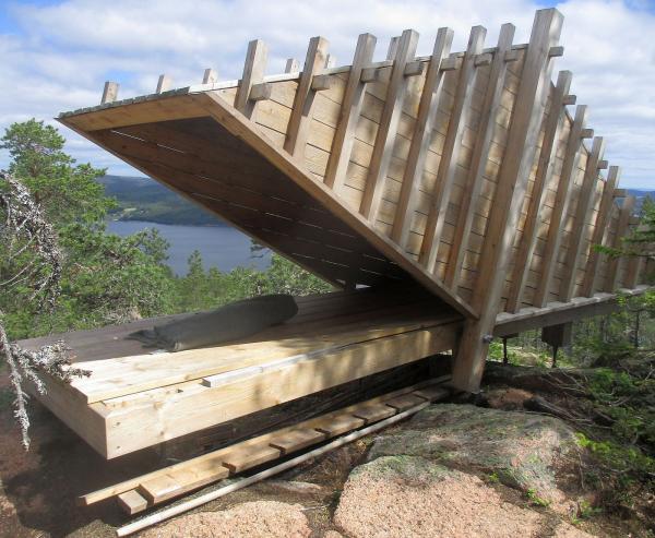 Ett originellt vindskydd med utsikt. Även för övernattning