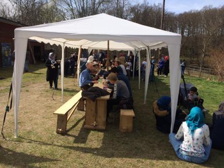 Scouternas grill var igång och man grillade hamburgare och bjöd på äppelkaka.