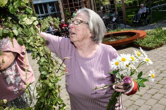 Asta Dahlberg är med och klär midsommarstången.