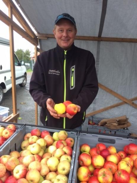 Magnus Nilsson från Svanhalla bär och grönsaker sålde äpplesorterna Discovery, Aroma och Gravenstein.