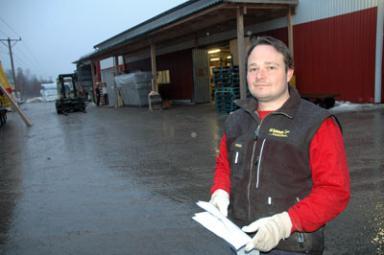 Ove Johansson, en av ägarna av Bollebygds Emballageindustri AB, hälsar kommunens företagare välkomna till Frukostmötet den 7 april