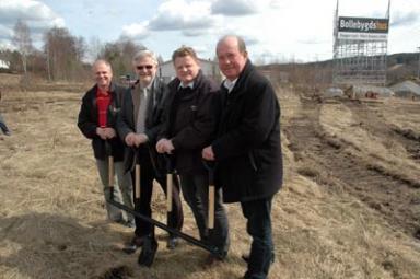 Kvartetten Jan Gustavsson, kommunalrådet Christer Johansson, Per-Anders Gustavsson och företagets styrelseordförande Claes Hagberg pustar ut efter första spadtaget.