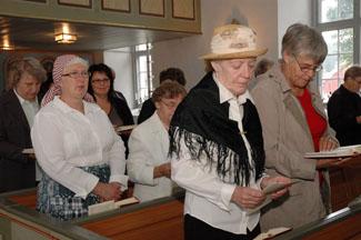 Ann-Britt Benjaminsson och Anna-Lisa Gustavsson, två församlingsbor som klätt sig i 1800-talskläder...