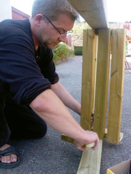 5. Tre sidbrädor fastskruvade och vi har fått riktig parkbänkskomfort på vårt torn.