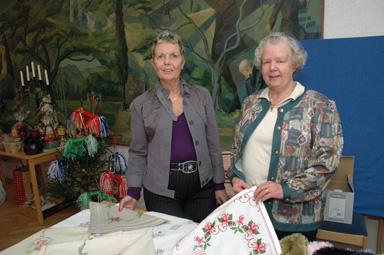 Redan den 25 november hölls det Höstbasar i församlingshemmet i Bollebygd. Kerstin Eklund, ny för året i Bollebygds kyrkliga syförening och Gun Hermansson som varit med i hela 44 år, hjälptes åt att sälja hantverk.