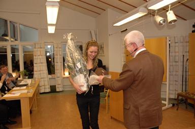 Fullmäktiges vice ordförande Paul Orrestrand lämnade över utmärkelse och blommor från Bollebygds kommun till Emma Karlsson.