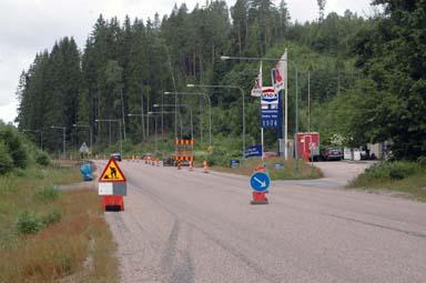 Strax väster om bensinstationen i Hultafors byggs den nya miljöstationen. På- och avfarter byggs för att göra tillgängligheten av miljöstationen trafiksäker.