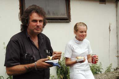 Pappa Roland Ek och dottern och hopptävlare Erica lät sig väl smaka av Bollebygds Ridklubbs goda mat. Erica tävlade för Floby Ryttare.
