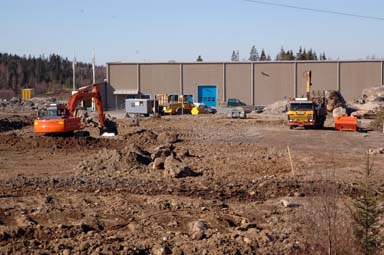 Så här såg det ut tidigt i våras intill Flüggers centrallager i Bollebygd. Nu ska det byggas till med hela 3 500 kvadratmeter.