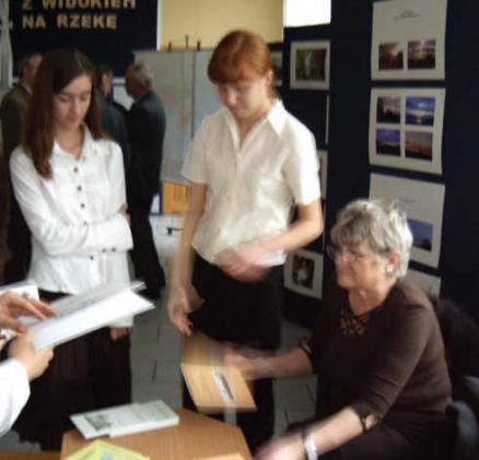 Pani Anna podpisuje tomiki swoich wierszy