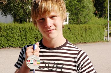 Joakim Lindegren visar här upp sin silvermedalj från Nordiska Mästerskapen i Estland sommaren 2006. Nu har han också ett SM-guld i fristil att visa upp.