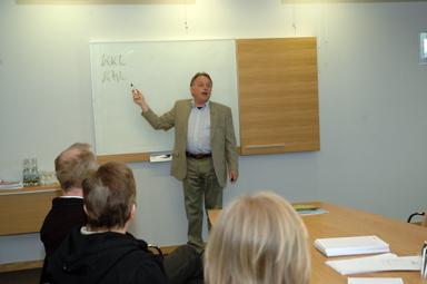Företagets VD Claes Rudhag informerade besökarna om sånt som är viktigt att tänka på när man ska bygga hus.