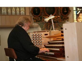 När kyrkans nypensionerade orgelentusiast Berndt Häggbom slog sig ner hade han ett verk med vidhörande klockspelstämma på korväggen över ingången till sakristian och ...