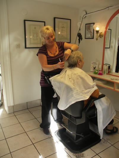 Petra som arbetar två dagar i veckan hos Annika, ser även hon till att kunderna trivs.