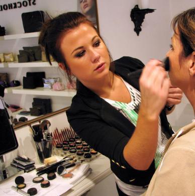 Rouge, läppstift och ögonskuggor i alla olika färger fyller den lilla sminkbutiken Face Stockholm i Norrköping. Du kan få hjälp av Maria, som är utbildad Make up-artist.