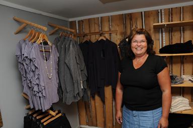 Lena erbjuder även ett brett sortiment av damkläder. -Från jeans till festkläder!