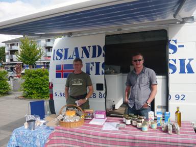 Per Gustavsson hade tillfällig säljplats hos Tryggvi Ottarsson och Grimsis AB på torget idag den 13 augusti. Båda var mycket nöjda med dagens handel.–Det verkar som Bollebygdsborna återvänt från semesterfirandet, menade Tryggvi Ottarsson.