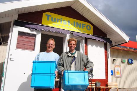 Robert Jensen och Andreas Nordqvist är nöjda med sommaren i turistboden, även om det nu känns skönt att få göra något annat än att ta hand om turister...