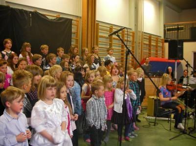 Hela skolan sjunger.