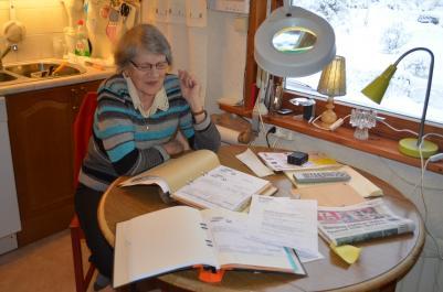 Ingrid Karlströmfår bara konstatera, att det blir att punga ut med 576:- mer per månad 2012 men det kunde ha varit värre ifall maken Gösta bott i enkelrum, men det kunde också varit lite bättre om den sänkta matmomsen nått till Kramfors