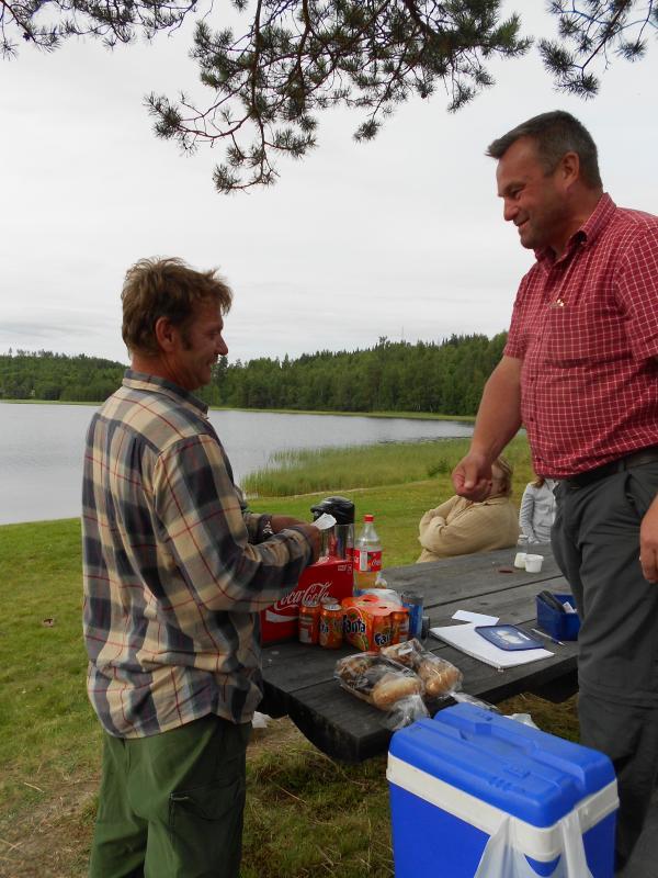 Vinnaren Hans Borgström tar emot priset av David Viberg.