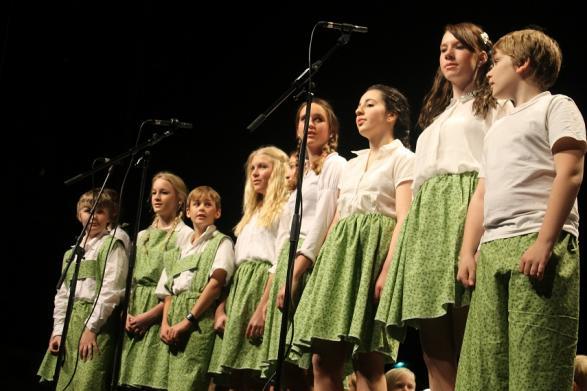 Barnen von Trapp i sina nya fina kläder av gardiner.