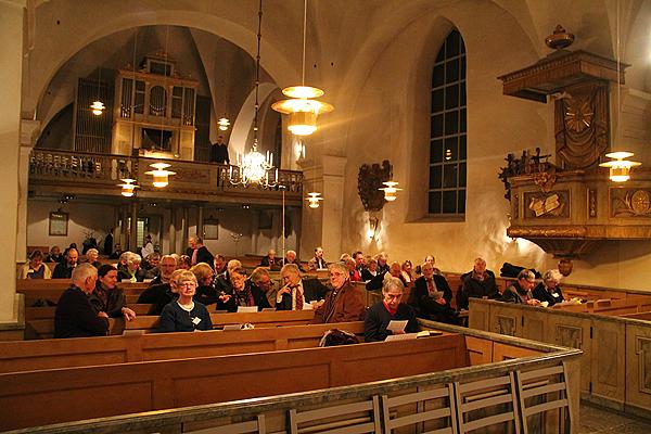 <span>Kvällskonsert med aftonbön i Österåkers kyrka. Makarna Holmlund medverkade tillsammans med årsmötesdeltagarna som sjöng ett inövat stycke.</span>