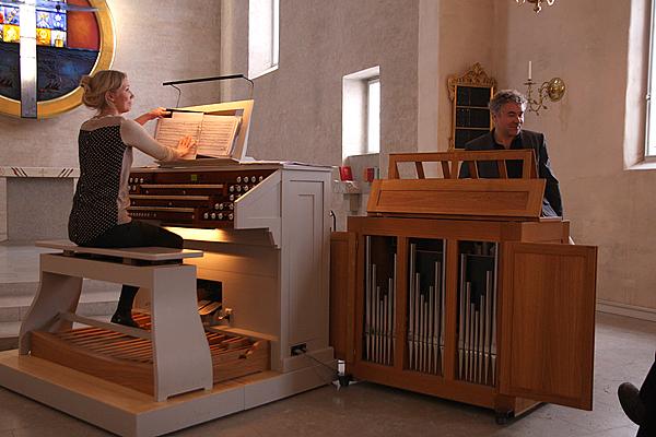 <span>Robert Zelizi och Minna Heimo välkomnade oss i Brännkyrka genom att spela på kyrkans orglar.</span>