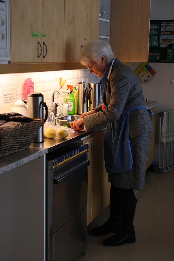 <span>Marianne Knutsson, en av medlemmarna i Åkersbergas orgelgrupp som såg till att lunch och middag blev serverad.</span>