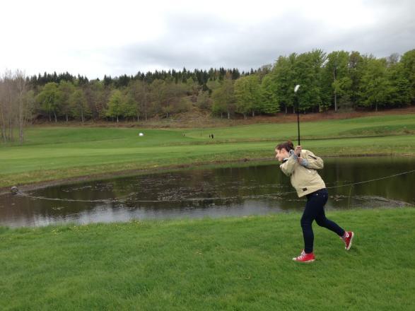 Jana drämmer till bollen och tar sig förbi sjön utan plask