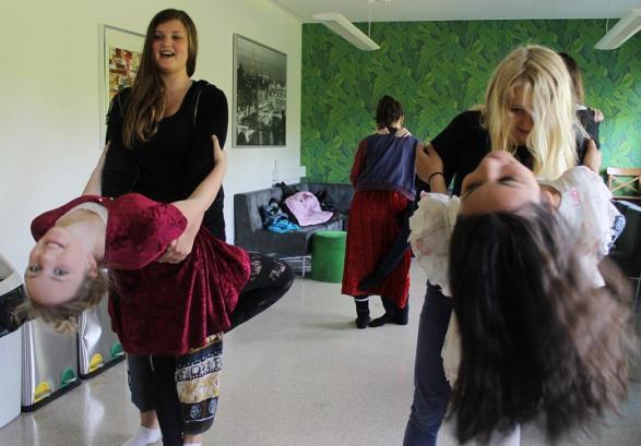 I uppehållsrummet är allt som vanligt. Eleverna dansar glatt runt och firar att det snart är mattelektion.