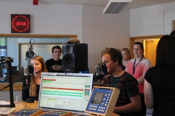 Clara och Leo vid varsin mikrofon i studion.