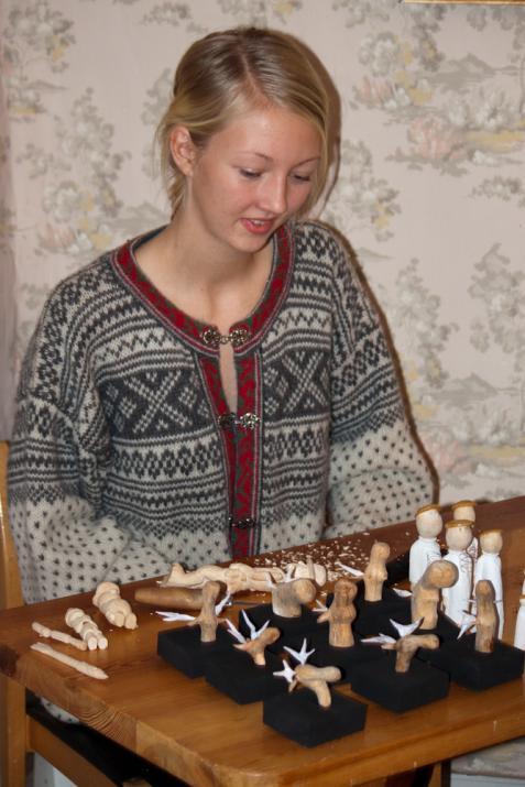 Det bjöds inte bara på teater utan även konsthantverk. Här visar Olivia Ohlsson sitt träsnide.