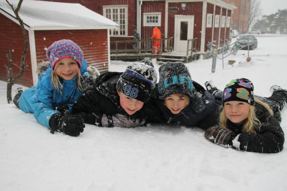 Antonia, Ellen, Wilhelm och Didrik har roligt i snön!
