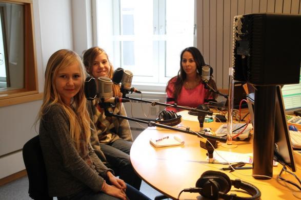 Sarah och Siri i studion på Radio Blekinge P4.