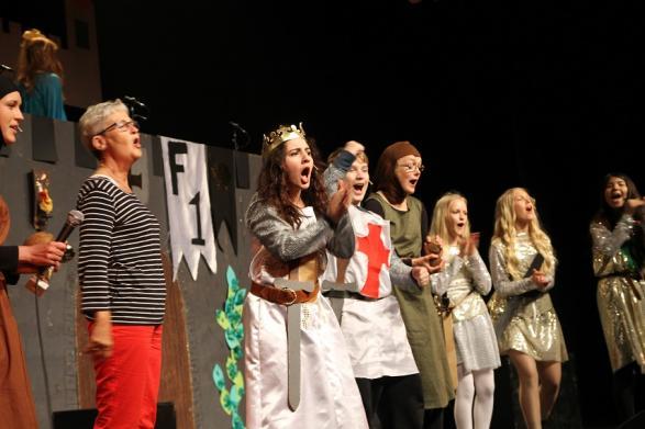 Kung Arthur blev jublande lycklig när han fann den heliga graalen under en bondlurk i publiken!