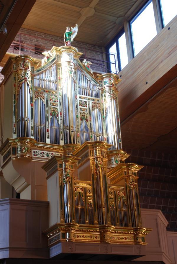Barocksmycke i kubistmiljö eller tysk orgelreplik i<br />Norrfjärdens 60-tals kyrka