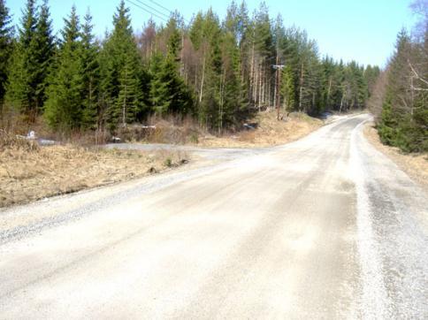Strax efter bron över inviksån går vägen in mot Tokriset efter ytterligare några hundra meter efter den stora vägen kommer avtagsvägen mot Lillåkersjön