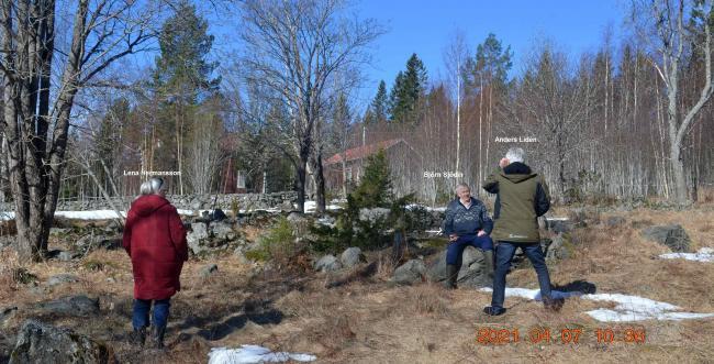 Varför det kallas 'Stensland' kan kanske framgå 'lite' av bilden. Björn Olof visar här en kvarbliven kanonkula för Tidnigen Ångermanlands Anders Lidén, från Ryssarnas läger här när de landsteg innan de red upp till Tokriset. Lena Hermansson t.v. Kultursekreterare i Kramfors Kommun gjorde ett upprop i lokalradion, för att få material till 300-årsminnet av Rysshärjningarna.