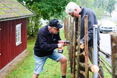 Agne Johansson och Håkan Alfredsson bygger gärdsgård kring Bollebygds Hembygdsgård.