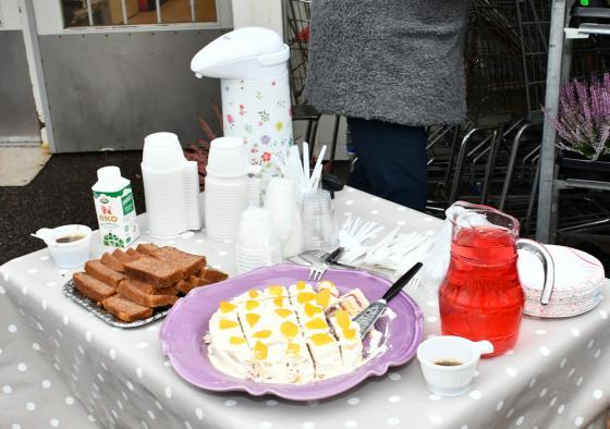 Dagen till ära dukades det upp med kaffe, sockerkaka och tårta utanför affären i Töllsjö.
