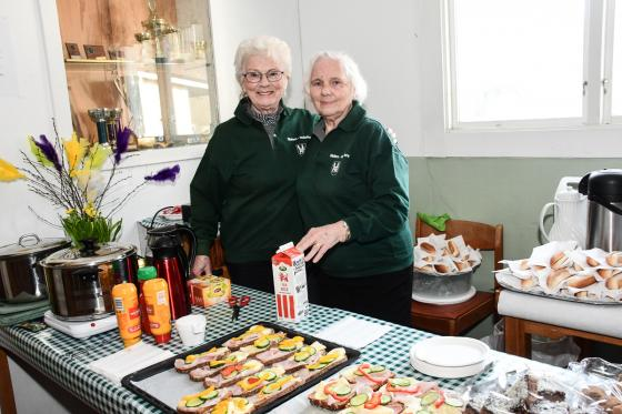Elsy Persson och Ella Hagberg såg till att det fanns något att äta och dricka under Våryran.