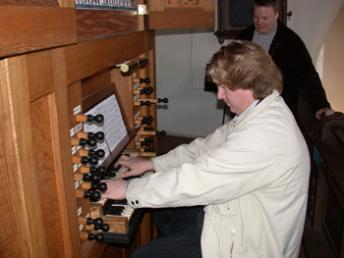 Webmaster. I bakgrunden syns brodern Lars vars företag sponsrat Svenska Orgelsällskapet med denna hemsida.