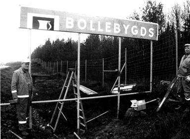i slutet av december 1994 jobbades det med att sätta upp nya kommunskyltar runt om Bollebygd. Här är det ett par män från dåvarande Vägverket som sätter upp den nya kommunskylten på R40.